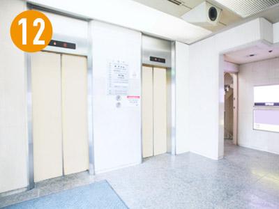 ビルの入り口は大通り沿いにあります。エレベーターで4Fまで上がります。