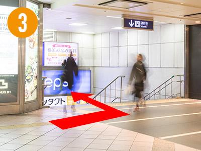 地下鉄方面に続く階段を降ります。