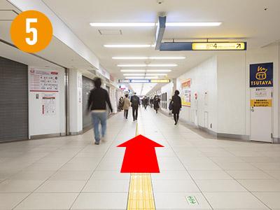 通路をまっすぐ進みます。「docomoショップ」さん、「TSUTAYA」さんは通り過ぎます。そのまままっすぐ進み9番出口方面へ向かいます。