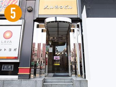 ビルの入り口は大通り沿いにあります。エレベーターで4Fまで上がます。