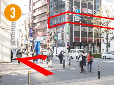 1つめの横断(交差点)を左に見ると「A CLINIC 横浜」が入っている犬山ビルが見えますので、犬山ビルを目指して横断歩道を渡ります