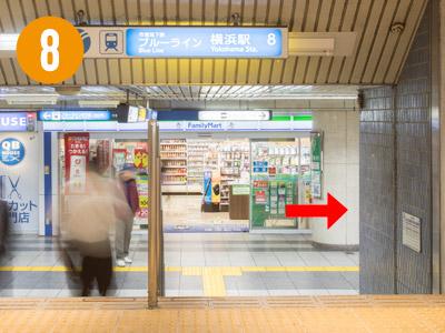 道なりにまっすぐ進むと、地下鉄乗り場の案内と「ファミリーマート」さんが見えてきます。つきあたりを右手に曲がります。