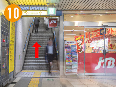 曲がると右手目の前にすぐ「JTB」さんが見えます。「JTB」さん脇の上り階段をあがります。