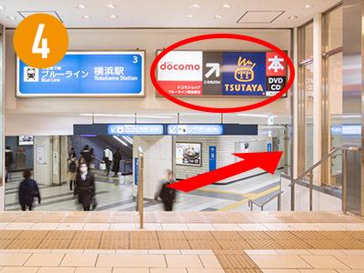 階段を降りると目の前に「docomoショップ」さん、「TSUTAYA」さんの看板が見えてきます。「docomoショップ」さん、「TSUTAYA」さんの方面へ進みます。