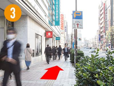 そのまま「高島屋」さん沿いに1つ目の横断歩道まで進みます。